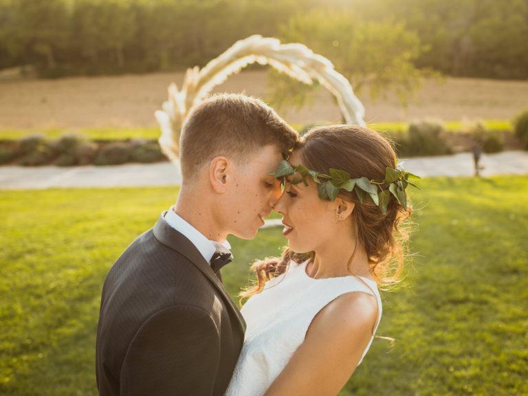 Momento romántico de pareja recién casada