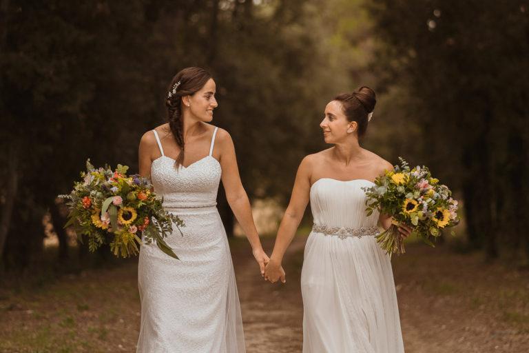 Pareja de chicas paseando tras la boda