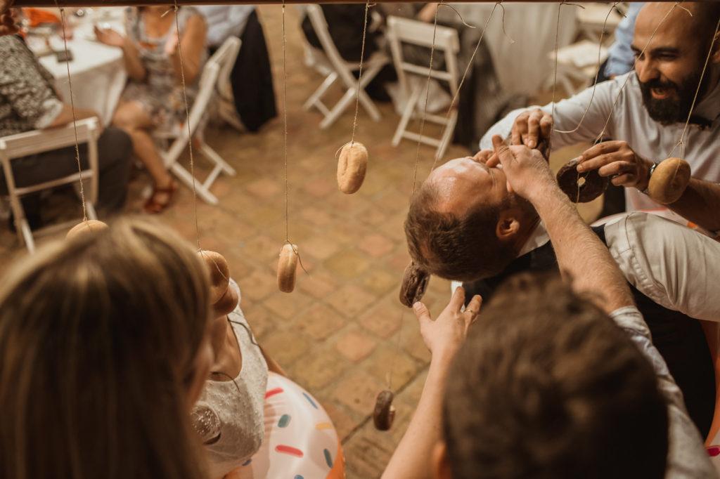 Amigos realizando reto en boda