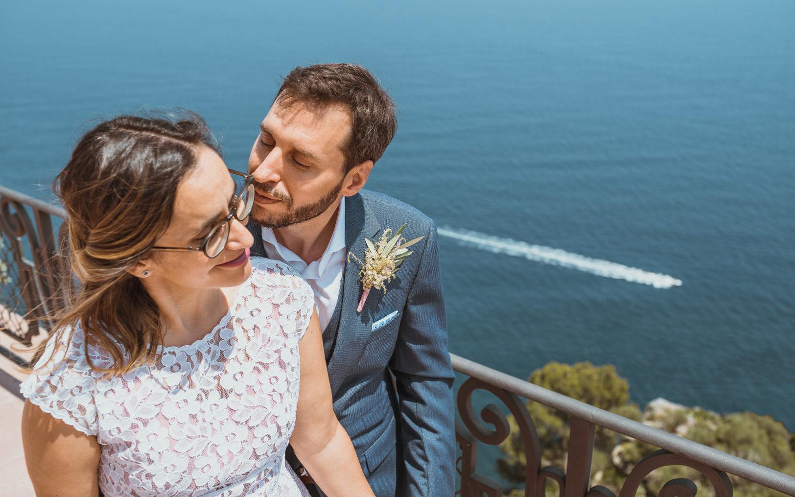 Retrato de pareja enamorada frente al mar mediterráneo