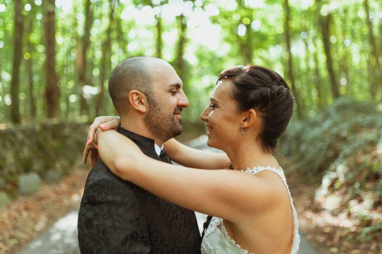 Novia abrazando a su marido en el bosque