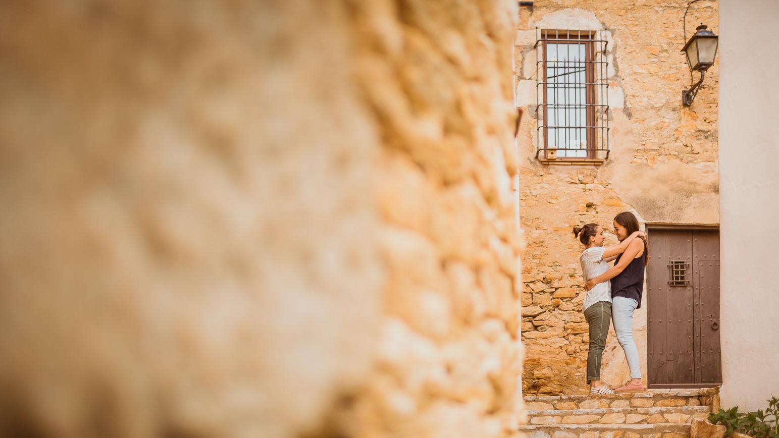 Chicas prometidas paseando por Begur