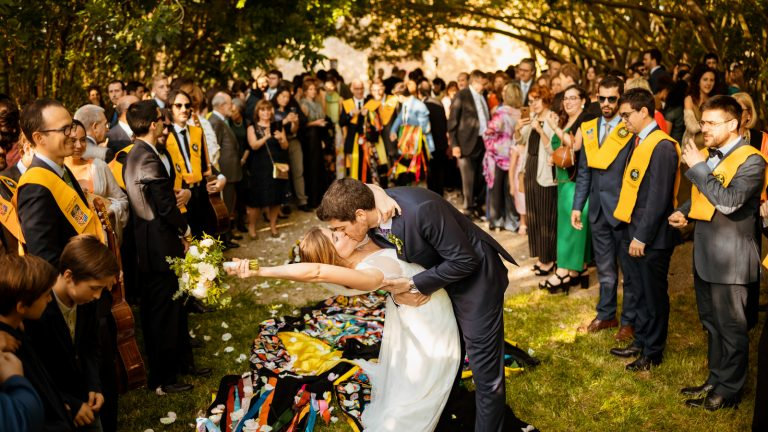 Beso de una pareja recién casada
