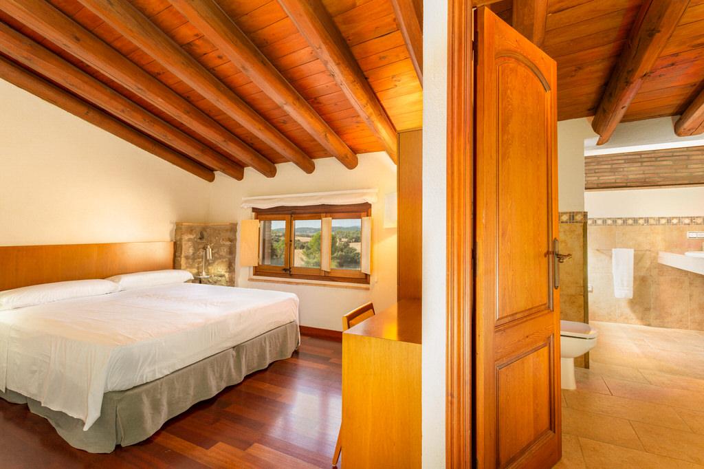 Habitación con baño en Mas Terrats
