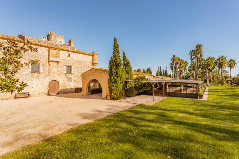 Vista principal al castillo para bodas de Cortal Gran